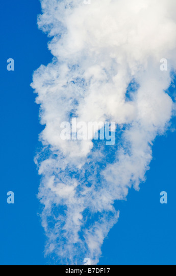 White smoke flowing through a clear blue sky. - Stock-Bilder