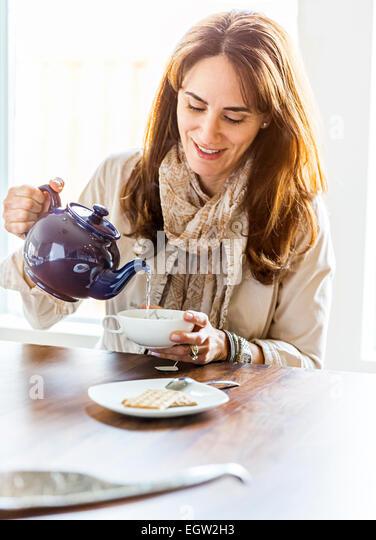 Woman pouring tea. - Stock-Bilder