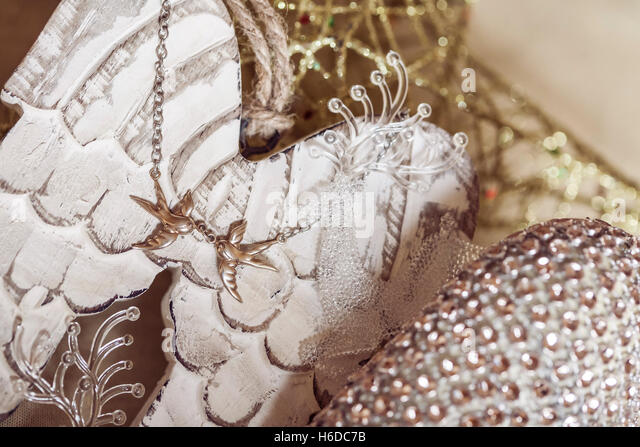 Christmas decoration in golden colors with love birds necklace - Stock Image