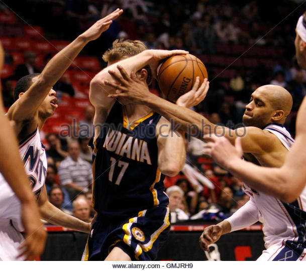 New Jersey Nets guards Devin Harris (L) and Vince Carter (R) surround Indiana Pacers guard Mike Dunleavy (17) as - Stock Image