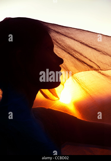 Indian girl and veil at sunset. Silhouette. Andhra Pradesh, India - Stock-Bilder
