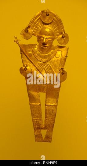 Exhibition pieces Museo del Oro präkolumbianisch Gold Bogota Colombia South America figure hat helmet - Stock Image