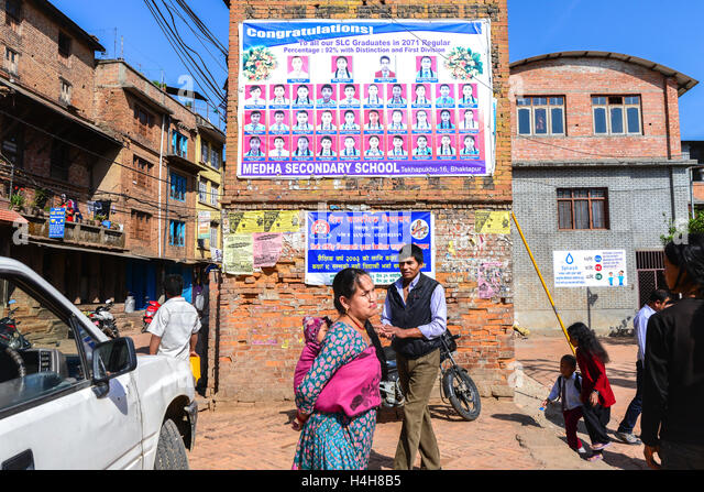 Scene of everyday life outside a public elementary school in Bhaktapur, Nepal. © Reynold Sumayku - Stock-Bilder