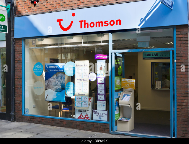 Thomson high street travel agency in Chester town centre, Cheshire, England, UK - Stock-Bilder