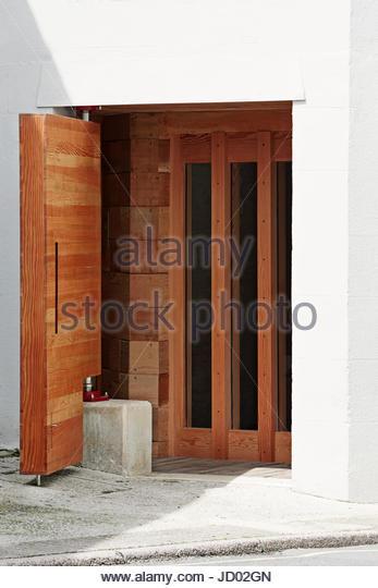 Entrance door open. Studio Totnes, Totnes, United Kingdom. Architect: David Sheppard Architects, 2016. - Stock-Bilder