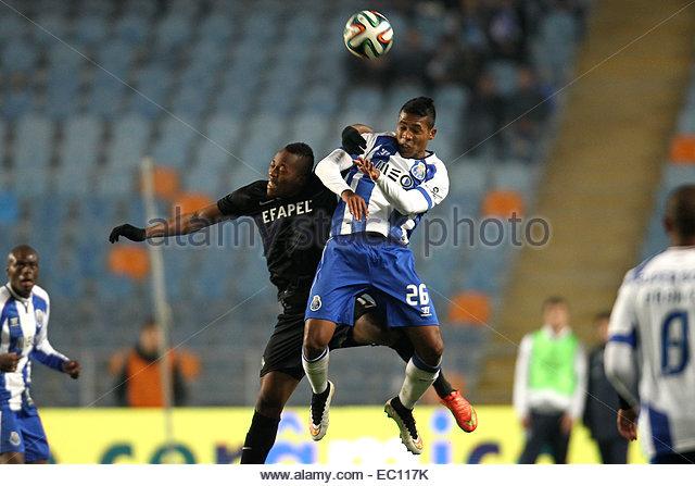 PORTUGAL, Coimbra: Porto's Brazilian defender Alex Sandro (R) vies with Academica's forward Magique (L) - Stock Image