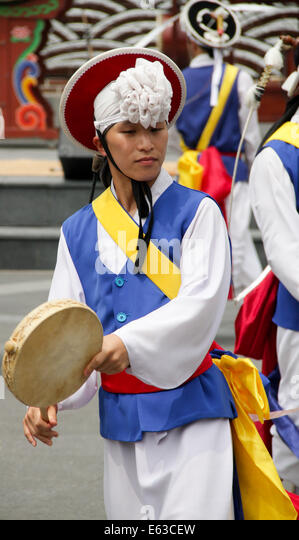 Pungmul is a Korean folk music tradition that includes drumming, dancing, and singing. Most performances are outside - Stock-Bilder