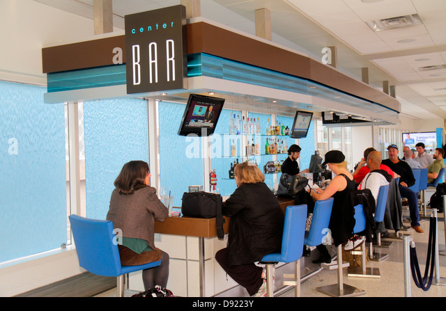 Texas Houston George Bush Intercontinental Airport IAH concourse gate area Center Bar pub alcoholic beverages drinks - Stock Image