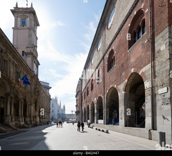 View from the Piazza dei Mercanti towards the Duomo with the Palazzo della Ragione in the foreground, Milan, Lombardy, - Stock Image