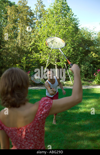 couple playing in garden playing badminton - Stock Image