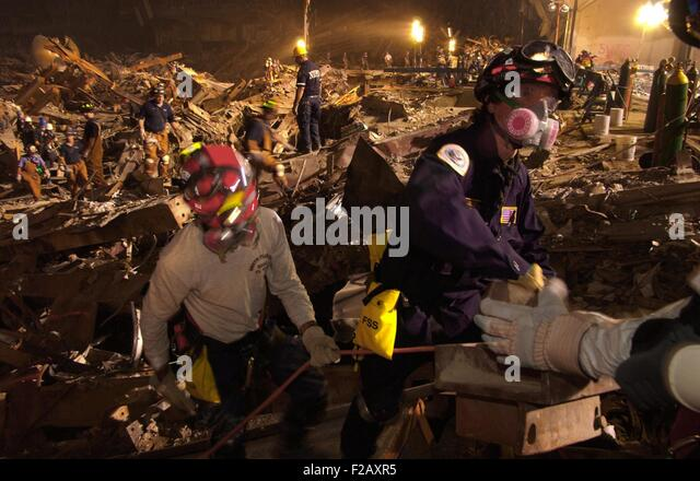 Workers lift rubble and search for survivors. Rescue operations continued into the night at the Ground Zero 7 days - Stock-Bilder