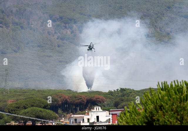 Torre del Greco, Naples, Italy. 11th July, 2017. Vesuvius Volcano forest fire Helicopter drops bucket of water Torre - Stock Image