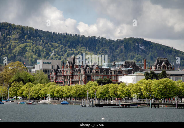 From the eastern shore of Lake Zurich, the view west is downtown Zurich and the shoulder of Uetliberg mountain behind. - Stock Image