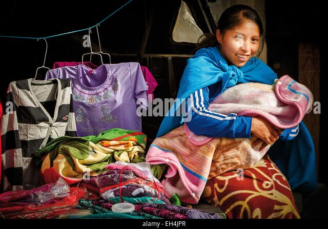 Ecuador, Cotopaxi, Zumbahua, day of the village of Zumbahua market, portrait of an Ecuadorian peasant suckling her - Stock-Bilder