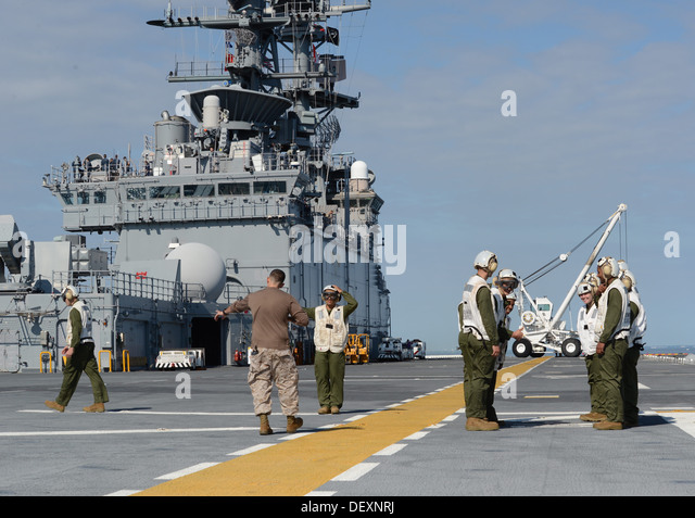ATLANTIC OCEAN (Sept. 20, 2013) - Gunnery Sgt. Robert Collins trains Marines on boarding procedures and responsibilities - Stock Image