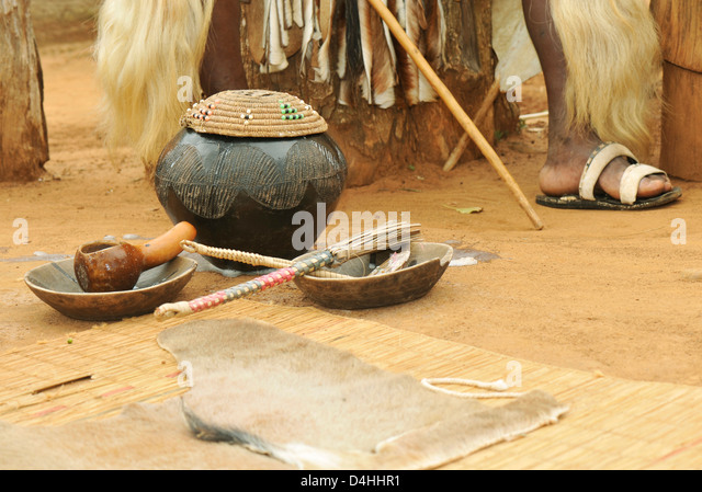Traditional Zulu hand crafted clay beer pot with grass lid and serving implements KwaZulu-Natal South Africa ethnicity - Stock-Bilder