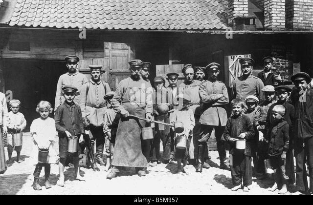 2 G55 O1 1916 38 E German troops at food station c 1916 History World War I Eastern Front German troops in Vilna - Stock Image