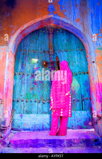 Woman in Old Delhi by a colorful door, India - Stock-Bilder
