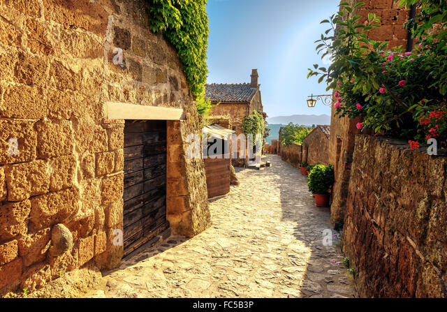 Sunny narrows on a summer day in an old Italian town - Stock-Bilder
