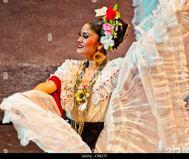 Beatiful Maya dancer in traditional dress performing a folklore dance in Xcaret Park, Riviera Maya, Mexico - Stock Image