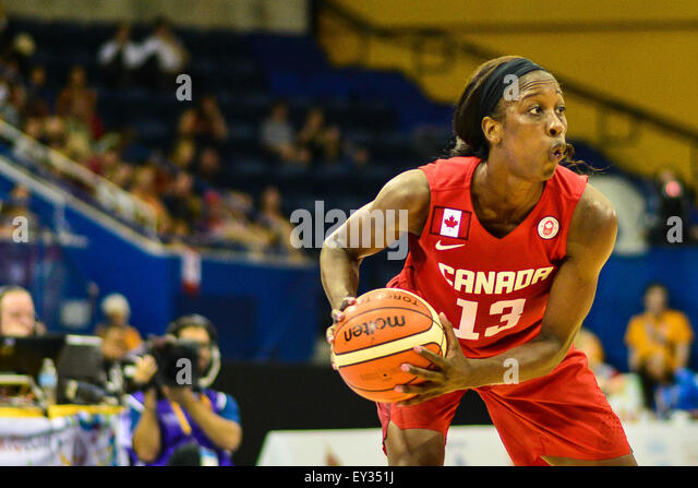 Toronto, Ontario, Canada. 20th July, 2015. Tamara Tatham of Canada, looked for a pass against the USA in the gold - Stock-Bilder