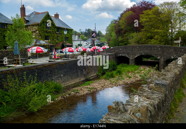 The White Horse Inn 16th century coaching inn beside the River Exe in Exford at the centre of the Exmoor National - Stock Image