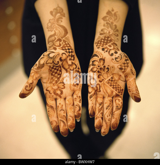 painted 10331604 Bahrein woman hands henna life pattern sample close-up ornaments tattoo - Stock Image