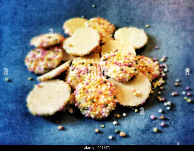 Old-fashioned white chocolate sweeties with hundreds and thousands - Stock-Bilder