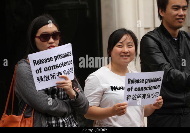 London, UK. 01st July, 2017. LONDON, UK - July 1, 2017: Umbrella movement supporters hold placards demaning the - Stock Image