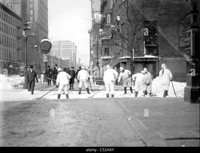 Workers cleaning snow from streets, New York City, 1908 - Stock-Bilder