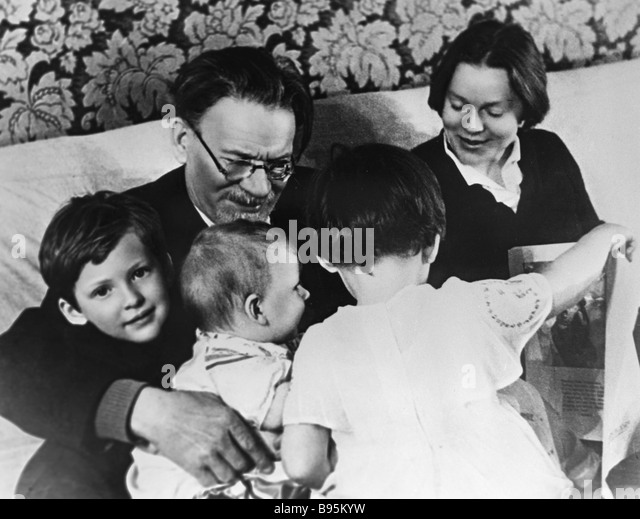 Mikhail Kalinin with his daughter Yulia and grandchildren - Stock Image