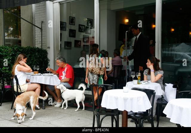 People sitting at Qauttrino restaurant on Rua Oscar Freire street in the Jardins area, Sao Paulo, Brazil. - Stock Image