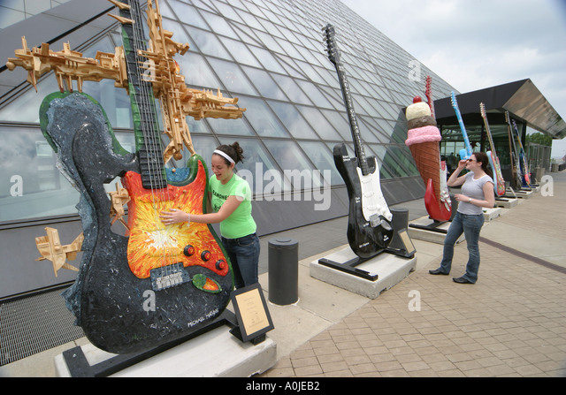 Cleveland Ohio Rock and Roll Hall of Fame GuitarMania teens sisters - Stock Image