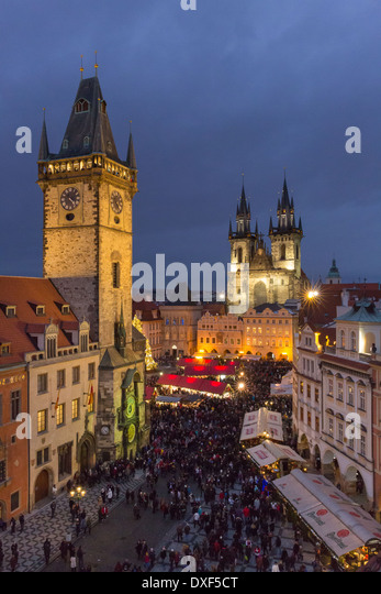 the Old Town Square at dusk, with the Old Town Hall and Church of Our Lady Before Tyn, Prague - Stock-Bilder