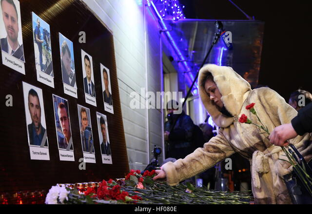 Moscow, Russia. 25th Dec, 2016. Photographs of Channel One, NTV and Zvezda TV channels journalists killed in a Russian - Stock-Bilder