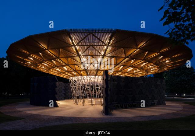 Night time view with illuminated pavilion. Serpentine Summer Pavilion 2017, London, United Kingdom. Architect: Diebedo - Stock-Bilder
