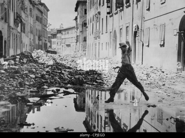 SS soldier in an Italian location, 1944 - Stock-Bilder