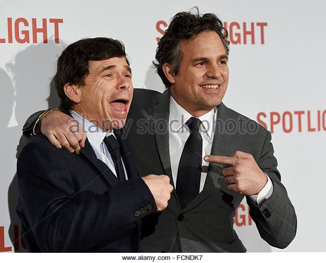 epa05114176 US actor/cast member Mark Ruffalo (R) and US reporter Mike Rezendes arrive for the UK premiere of 'Spotlight' - Stock Image