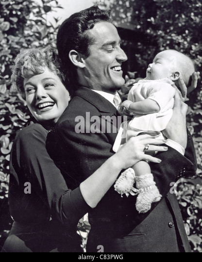 SHELLEY WINTERS with husband Vittorio Gassman and daughter Vittoria in 1954 - Stock Image