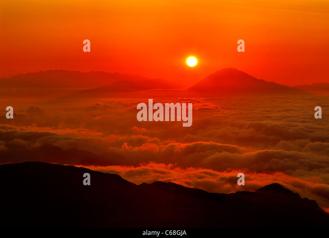 Sun setting above a sea of clouds. Photo taken from mount Kofinas the highest peak of Asterousia mountain range, - Stock Image