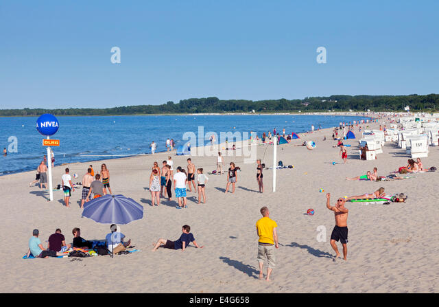 Youngsters playing beach volleyball at Boltenhagen, seaside resort along the Baltic Sea, Mecklenburg-Vorpommern, - Stock Image