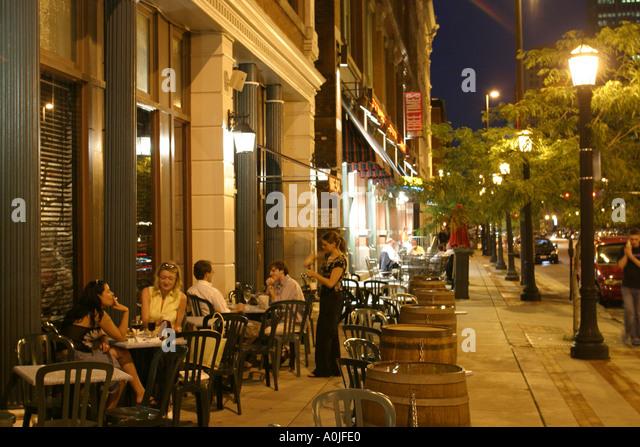 Cleveland Ohio Warehouse District sidewalk alfresco dining nightlife - Stock Image