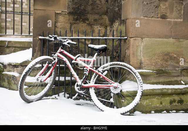 Bicycle leaning against stone wall, Warwick - Stock Image