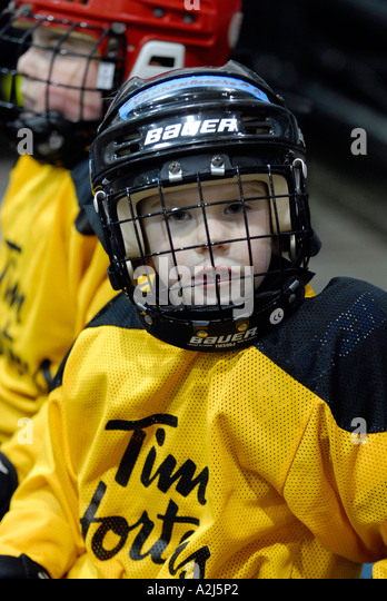 5 year old boys learn how to play the game of ice hockey - Stock Image