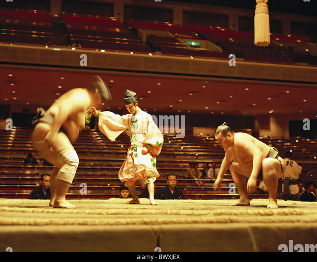 attack Halle Japan Asia fight battle fighter referee umpire sport Sumo Tokyo spectator - Stock Image