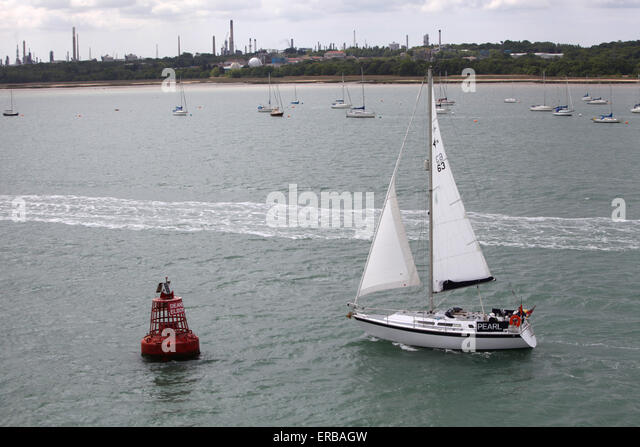 A yacht sailing past Deans Elbow buoy in Southampton Water - Stock Image