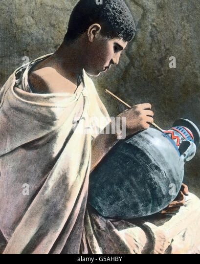 Ein Junge verdingt sich als Töpfer in Tetouan in Marokko.  Morocco, Africa, Northern, Maghreb, Maghrib, Tetuan,Tetouan, - Stock Image