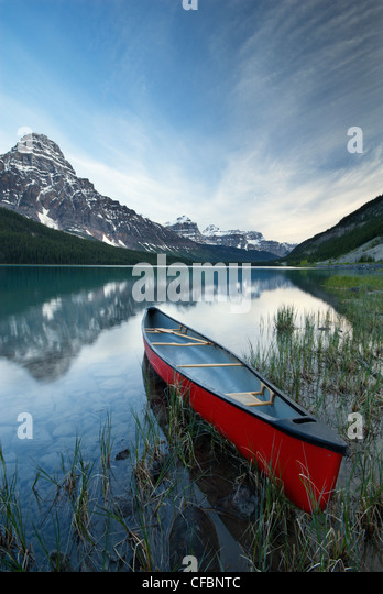 Canoe and Mount Chephren, Lower Waterfowl Lake, Banff National Park, Alberta, Canada - Stock Image