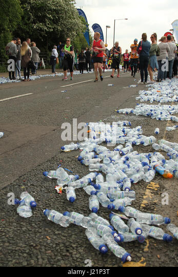 London, UK. 23rd Apr, 2017.   Used water bottles litter the route as runners race past the 17 mile mark at Madchutte - Stock Image