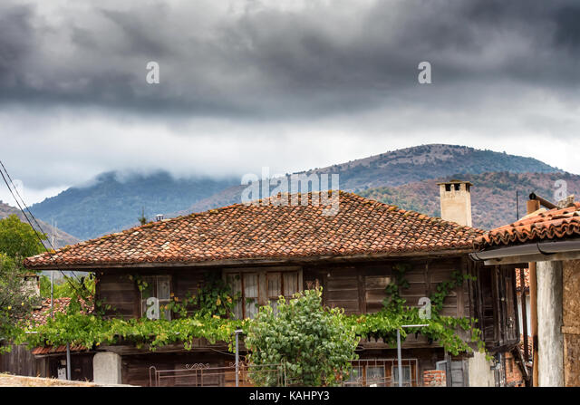 Silven Province Balkan mountians, Bulgaria. 26th Sep, 2017. Dark grey storm clouds over traditional wooden house - Stock Image